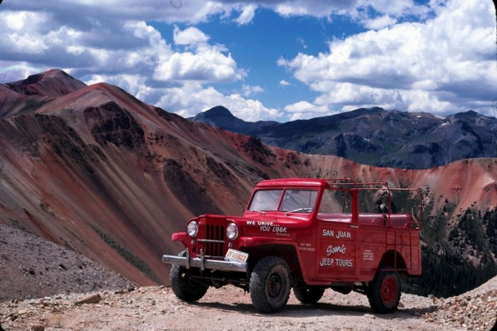 Tour-Jeep-with-Red-Muntain