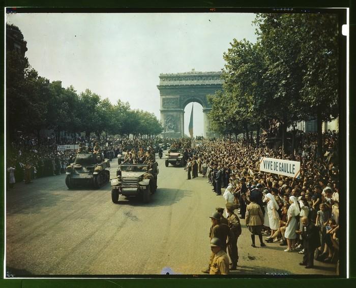 1944_tanks_half-tracks_arc-du-triomphe_paris