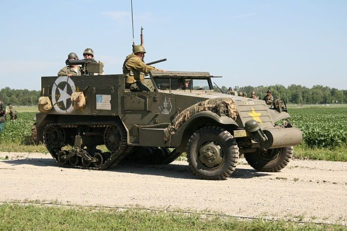 M3_Half_Track,_Thunder_Over_Michigan_2006